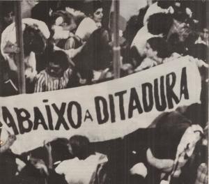Segundo a Globo News, a UNE carregava as bandeiras do povo brasileiro. E a emissora?